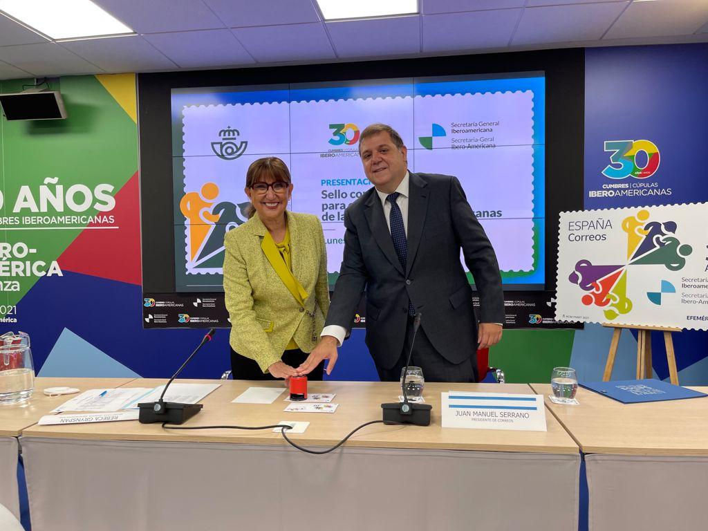 La secretaria general iberoamericana, Rebeca Grynspan, y el presidente de Correos, Juan Manuel Serrado, durante el acto de presentación del sello conmemorativo para el 30 aniversario de las Cumbres Iberoamericanas.