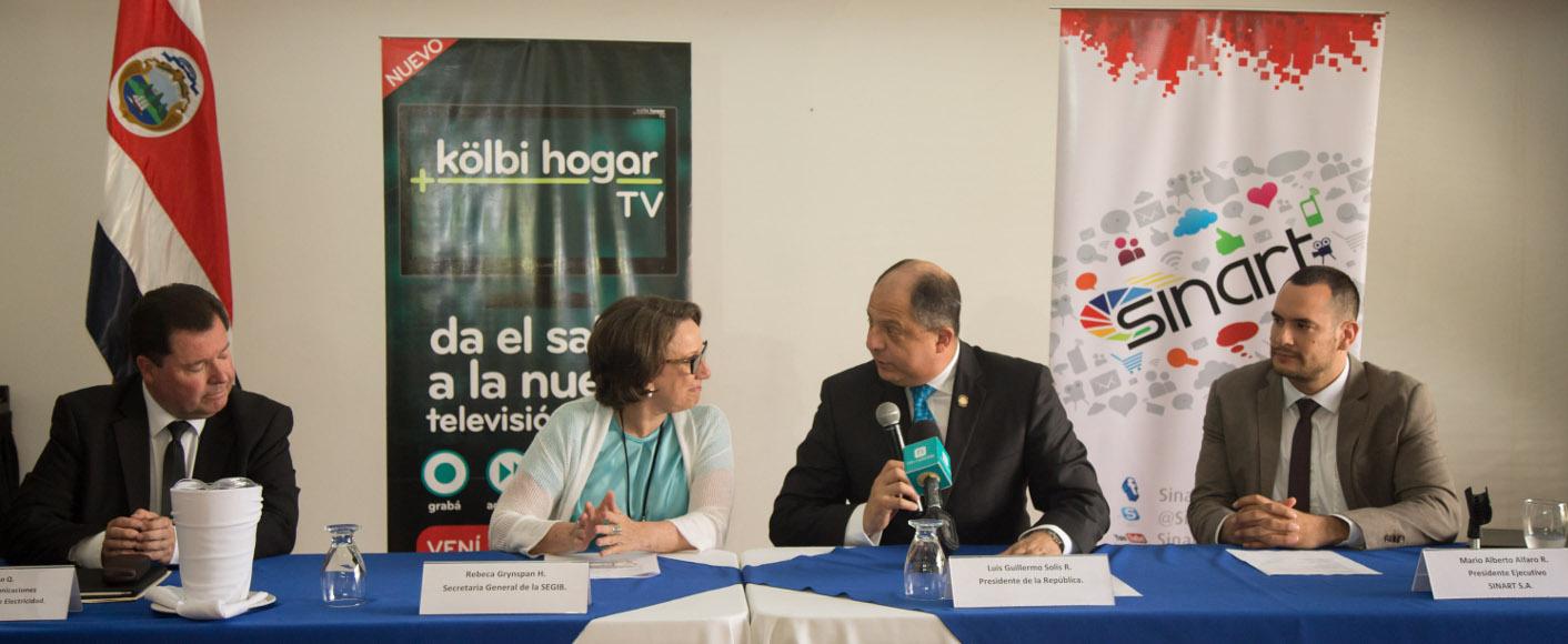El Presidente de Costa Rica, Luis Guillermo Solís, y la Secretaria General Iberoamericana, Rebeca Grynspan, firman acuerdo de adhesión al Canal Iberoamericano. Fotógrafo: Roberto Sánchez
