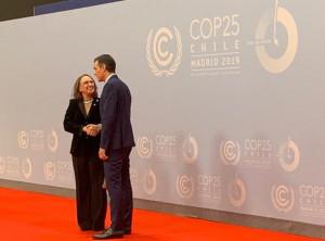 La secretaria general iberoamericana, Rebeca Grynspan, saluda al presidente de España, Pedro Sánchez, durante la COP25