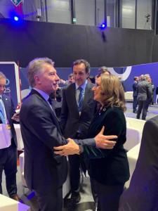 La secretaria general iberoamericana, Rebeca Grynspan, saluda al presidente de Argentina, Mauricio Macri, durante la COP25