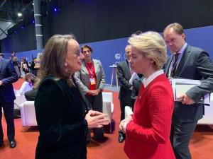 La secretaria general iberoamericana, Rebeca Grynspan, dialoga con Ursula von der Leyen, Presidenta de la Comisión Europea,, durante la COP25