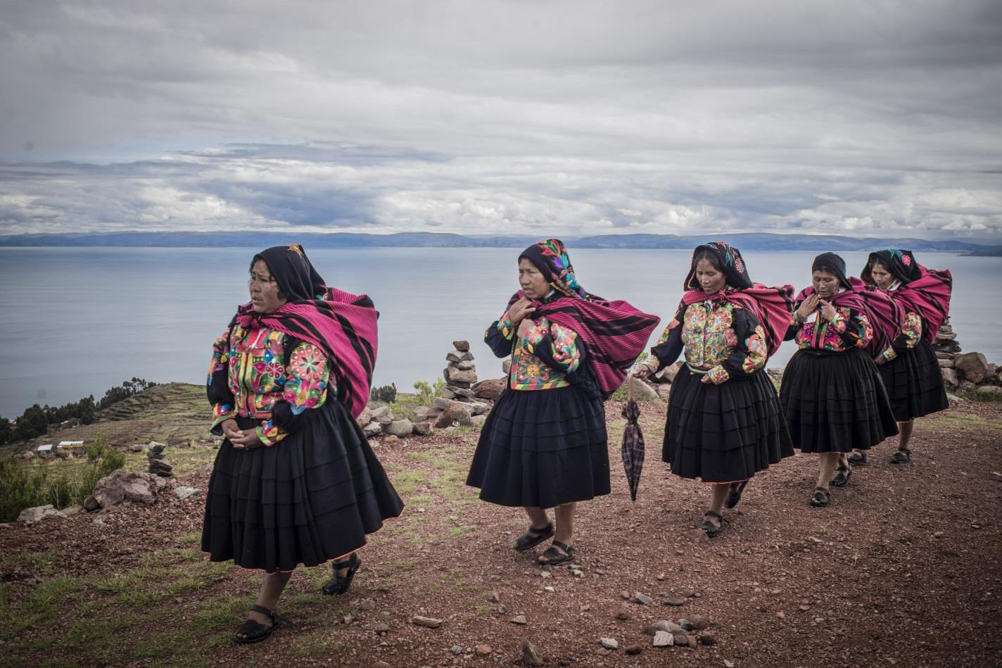 Mujeres cargando cocawi-Uriel Alexis Montúfar Butrón-Peru