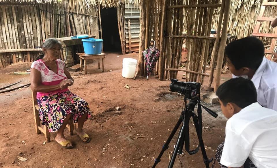 """Taller """"Diccionarios Audiovisuales Comunitarios"""", realizado por La Combi-arte rodante (Perú) en la comunidad Zoque Popoluca de Cabañas, en Acayucan (México), en el marco del intercambio de IberEntrelazando Experiencias, en noviembre de 2019."""